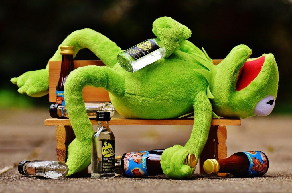 CBDオイルとアルコールの同時接種は危険?メカニズムに迫る